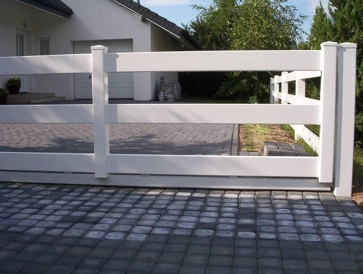 Brama przesuwna farmerska: styl , w kategorii Ogród zaprojektowany przez Ogrodzenia PCV