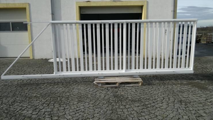 Brama przesuwna balustradowa 1 i 2: styl , w kategorii Ogród zaprojektowany przez Ogrodzenia PCV