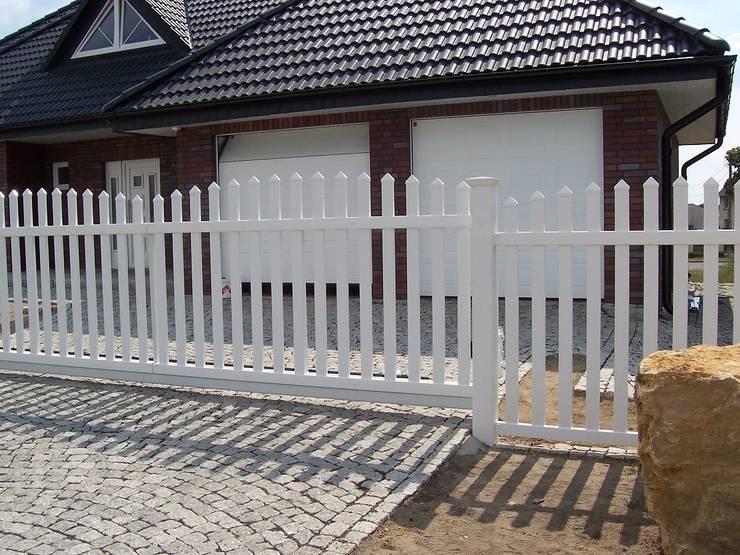 Brama przesuwna wypukła 2: styl , w kategorii Ogród zaprojektowany przez Ogrodzenia PCV