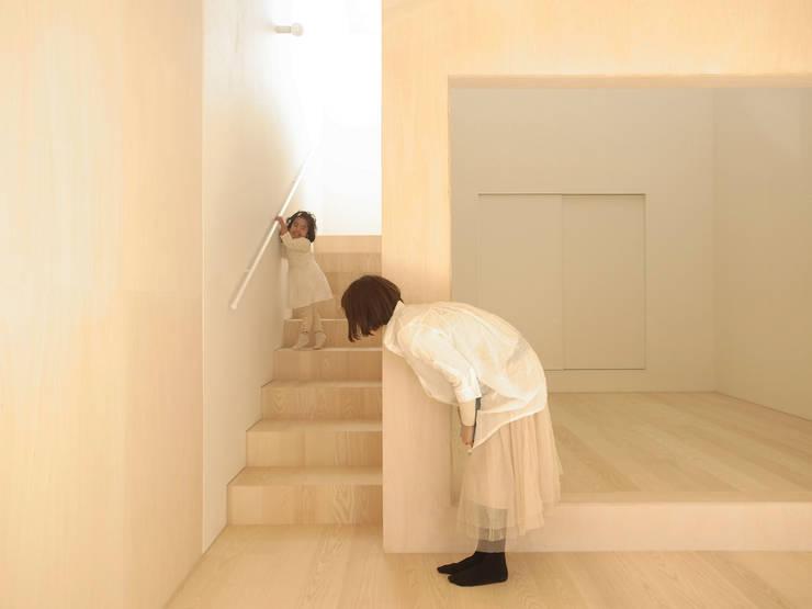 Pasillos y vestíbulos de estilo  por YUCCA design, Minimalista