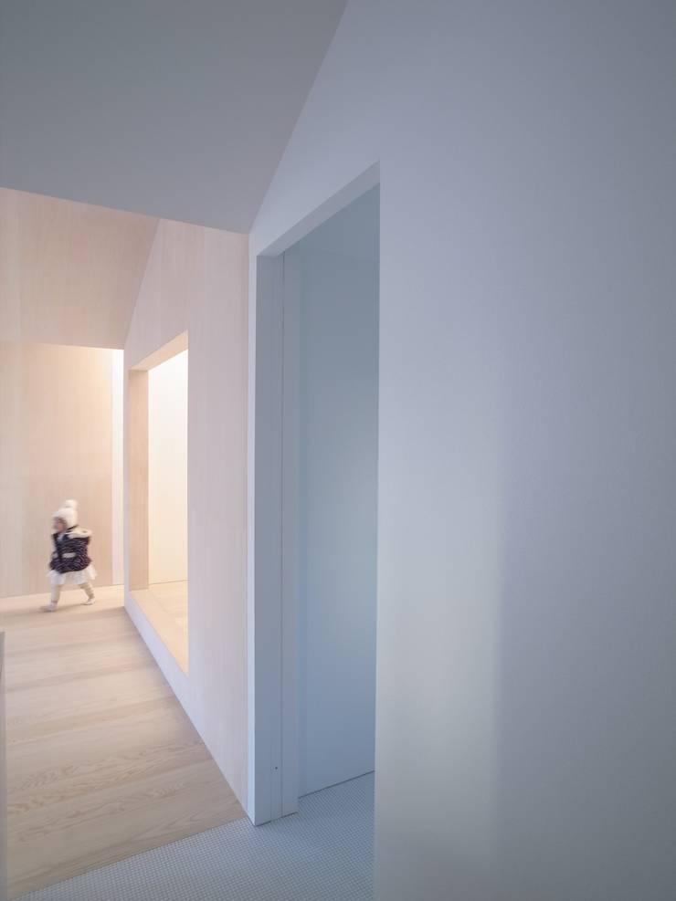 Salas / recibidores de estilo  por YUCCA design, Minimalista