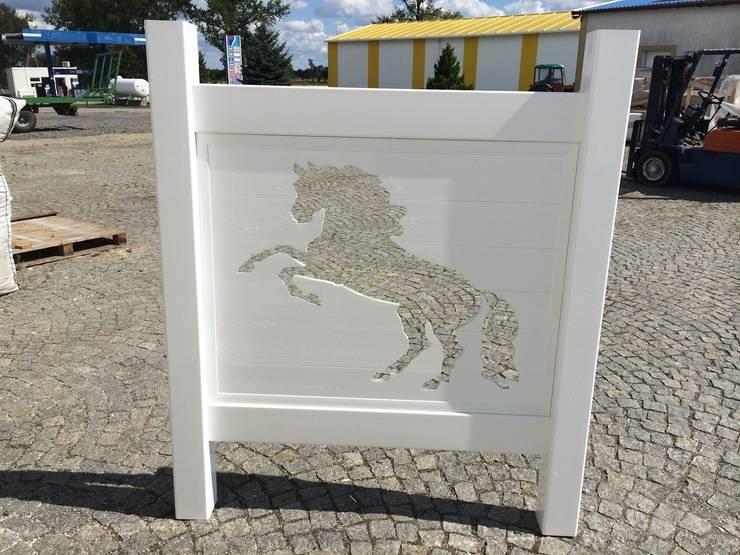 Brama farmerska z wizerunkiem konia: styl , w kategorii Ogród zaprojektowany przez Ogrodzenia PCV