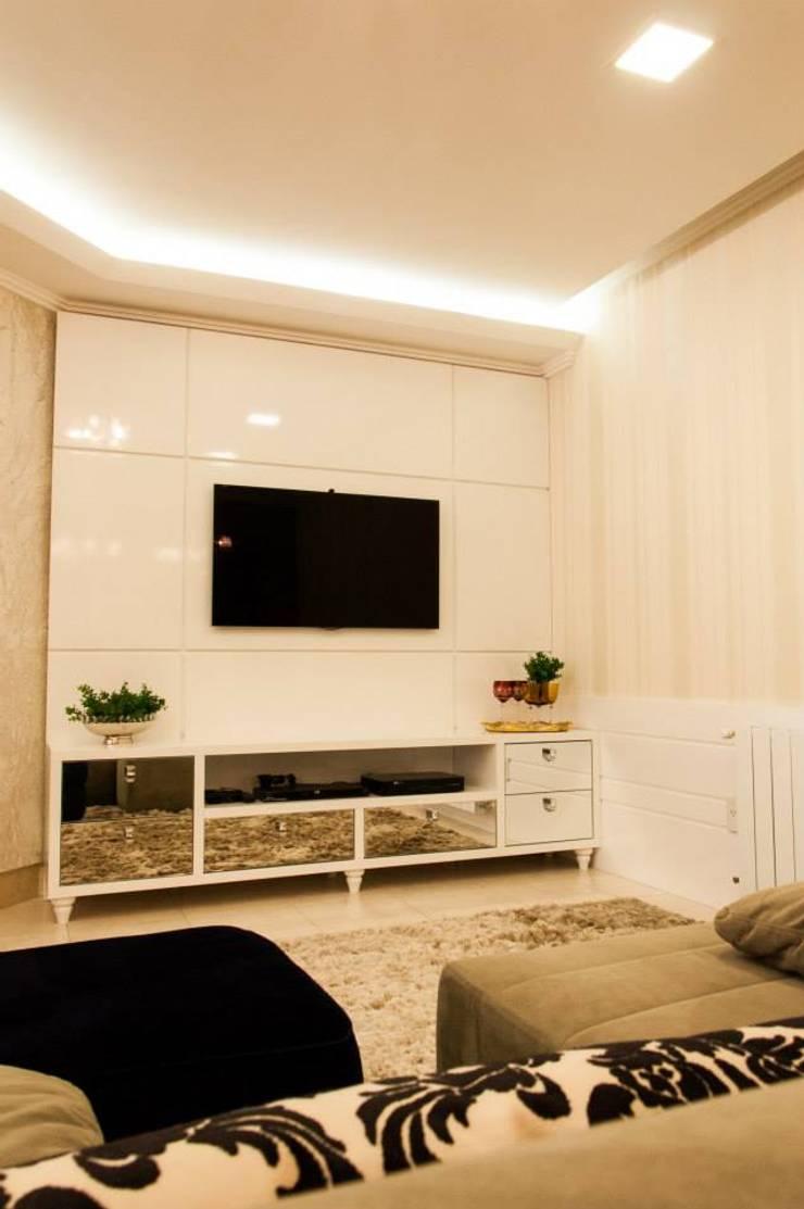 APARTAMENTO CLÁSSICO: Salas de estar clássicas por Apê 102 Arquitetura
