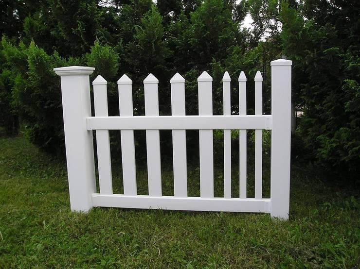 Ogrodzenie w kolorze białym: styl , w kategorii Ogród zaprojektowany przez Ogrodzenia PCV