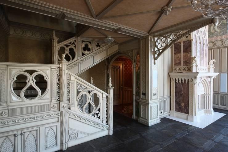 Лестница в гостиной: Гостиная в . Автор – Студия Анны Куликовой и Павла Миронова