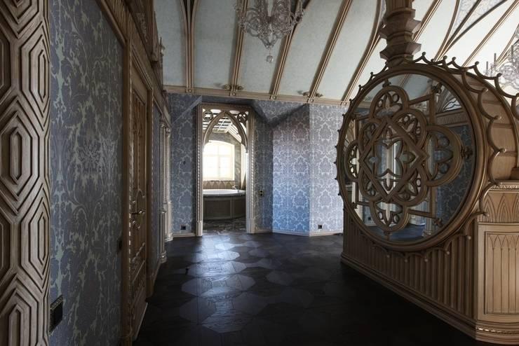 Мансардный этаж: Прихожая, коридор и лестницы в . Автор – Студия Анны Куликовой и Павла Миронова