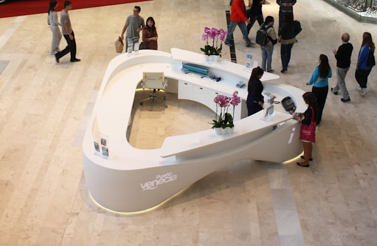 MOSTRADOR C.C PUERTA DE VENECIA: Oficinas y tiendas de estilo  de CANDIDO HERMIDA N.M