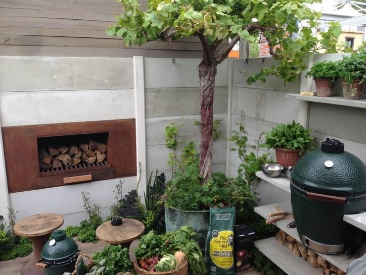 Buitenkeuken van WWOO met BGE en vuurplaats:  Tuin door WWOO
