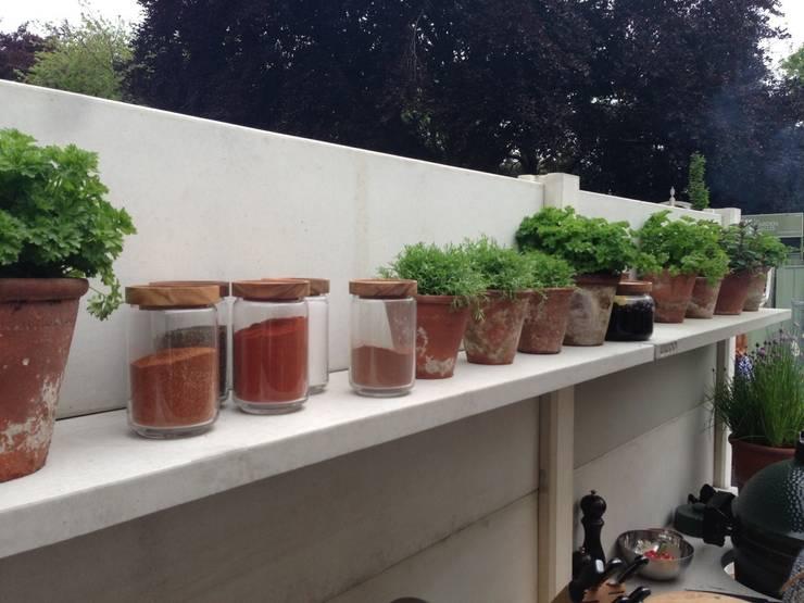 WWOO buitenkeuken met legplankjes:  Tuin door WWOO