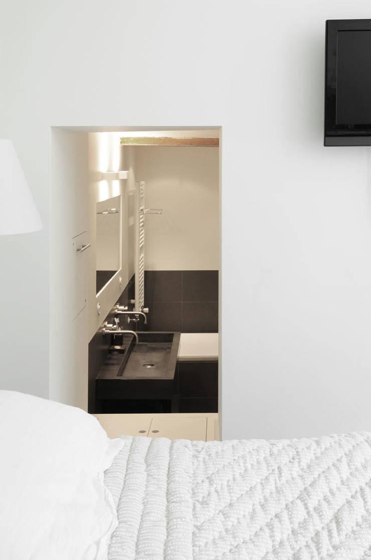 Renovatie souterrain en bel-etage aan de gracht:  Badkamer door Kodde Architecten bna, Modern