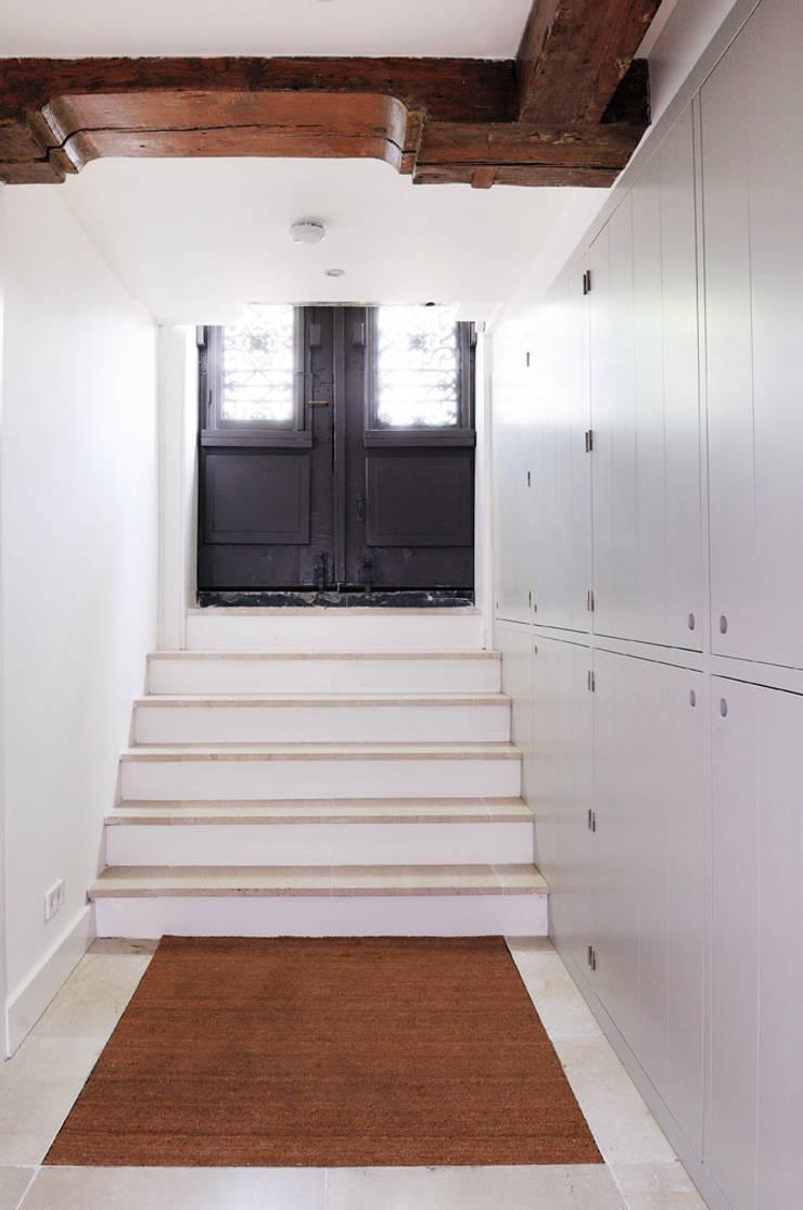 Renovatie souterrain en bel-etage aan de gracht:  Gang en hal door Kodde Architecten bna, Modern