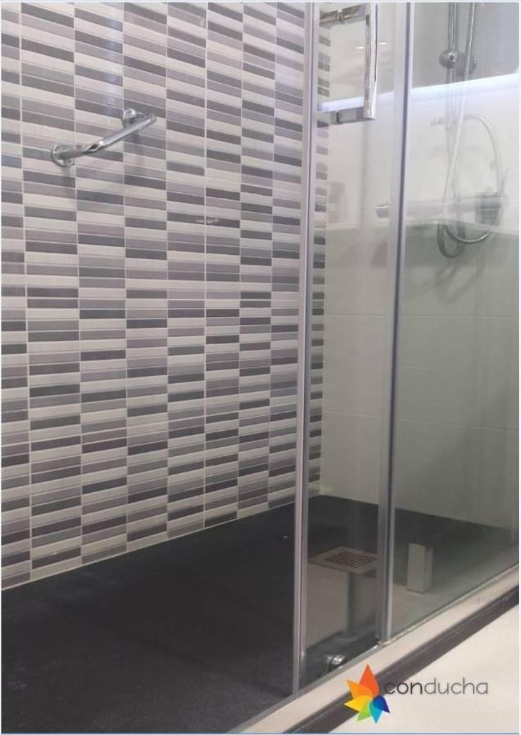 Cambiar bañera por plato de ducha : Baños de estilo  de Conducha
