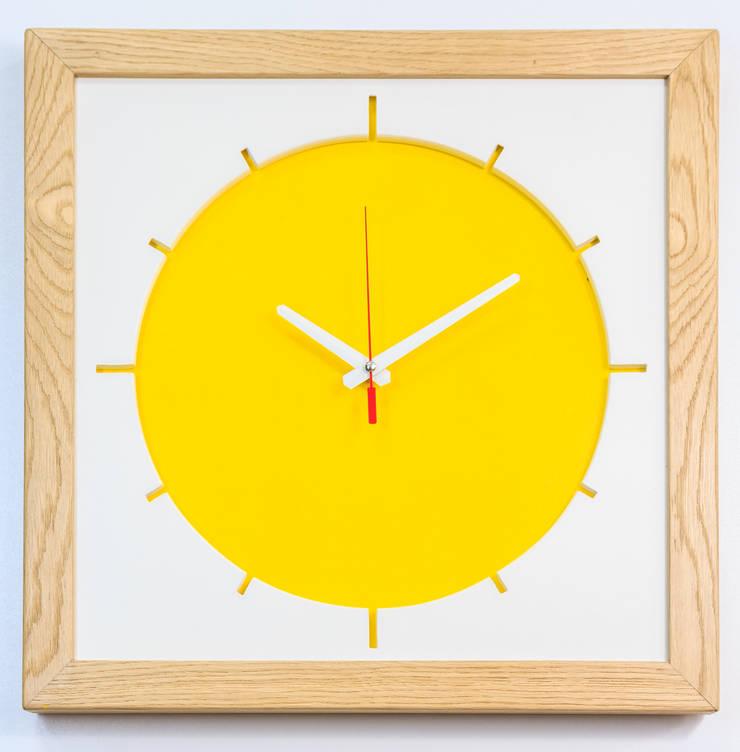 """Duży zegar """"Słońce"""": styl , w kategorii Salon zaprojektowany przez Meble Autorskie Jurkowski"""