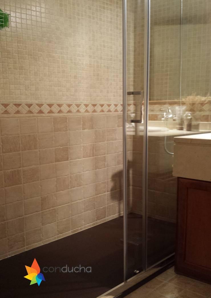 Cambiar bañera por plato de ducha: Baños de estilo  de Conducha