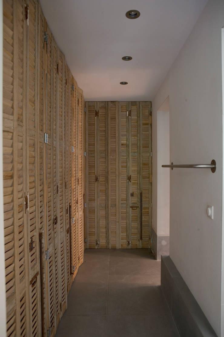 Renovatie en verbouwing woonhuis te Amsterdam:  Kleedkamer door Kodde Architecten bna, Rustiek & Brocante