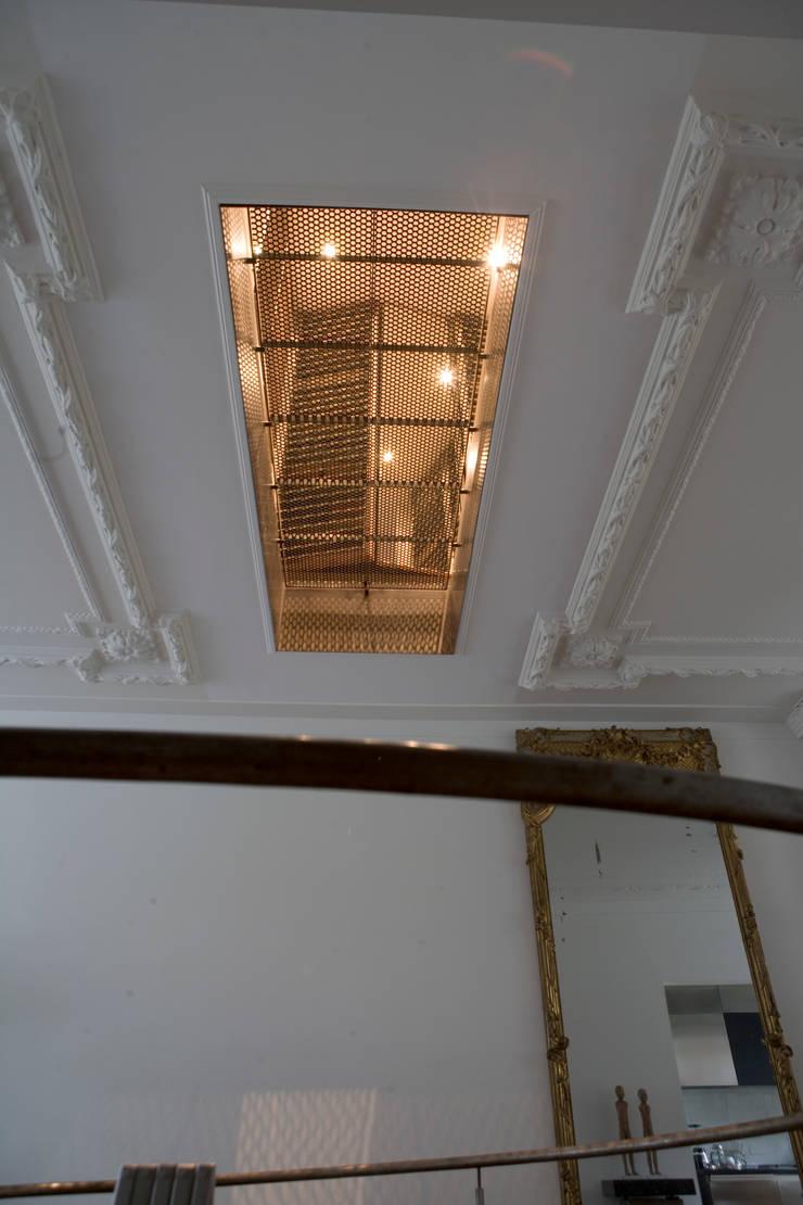 Renovatie en verbouwing woonhuis te Amsterdam:  Gang en hal door Kodde Architecten bna