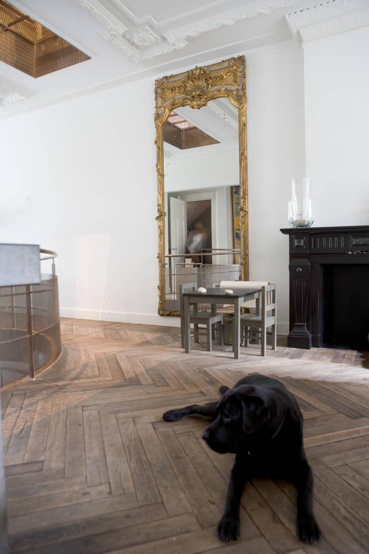 Renovatie en verbouwing woonhuis te Amsterdam:  Woonkamer door Kodde Architecten bna, Rustiek & Brocante