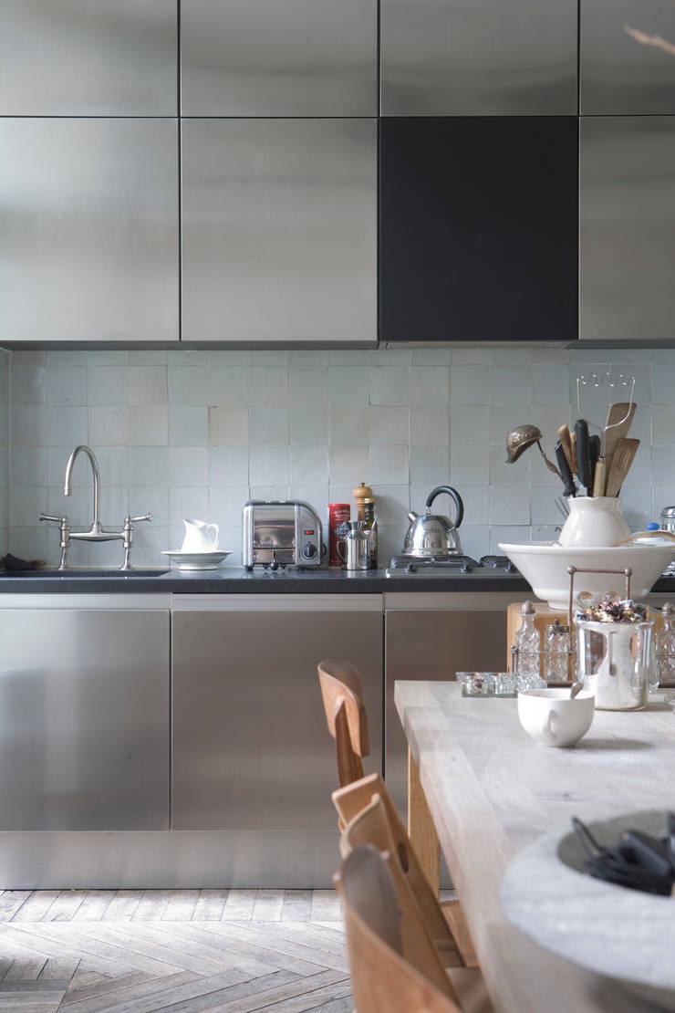Renovatie en verbouwing woonhuis te Amsterdam:  Keuken door Kodde Architecten bna, Modern