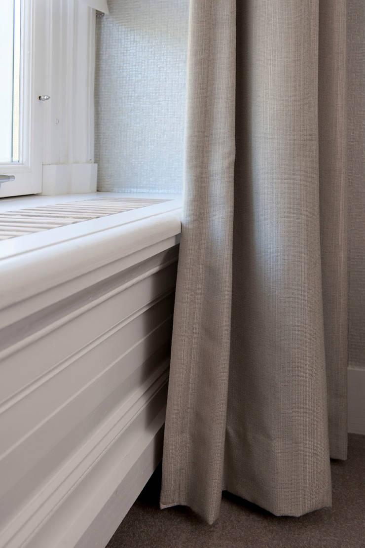 Complete verbouwing en inrichting herenhuis:  Slaapkamer door Kodde Architecten bna