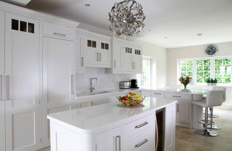 Fresh and bright kitchen:  Kitchen by John Ladbury and Company