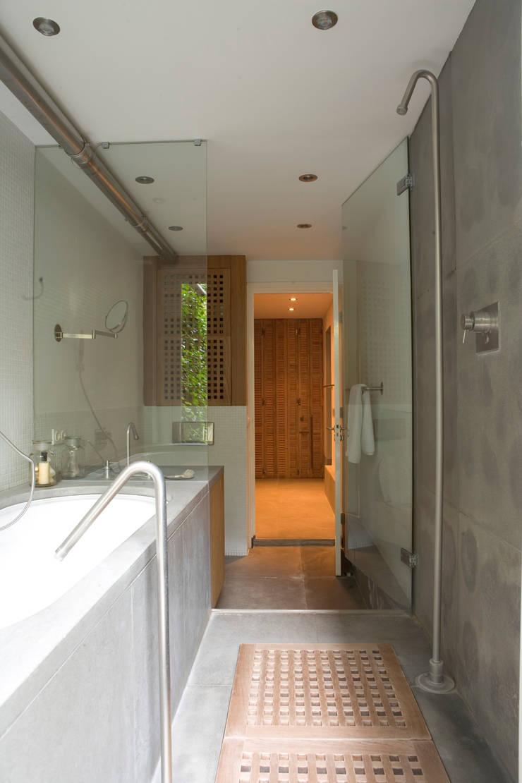 Renovatie en verbouwing woonhuis te Amsterdam:  Badkamer door Kodde Architecten bna, Modern
