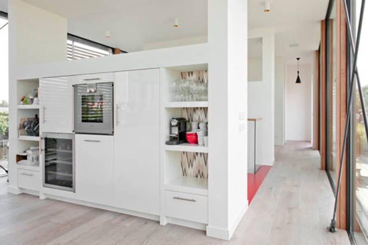Woonboot in glas en staal:  Keuken door Kodde Architecten bna