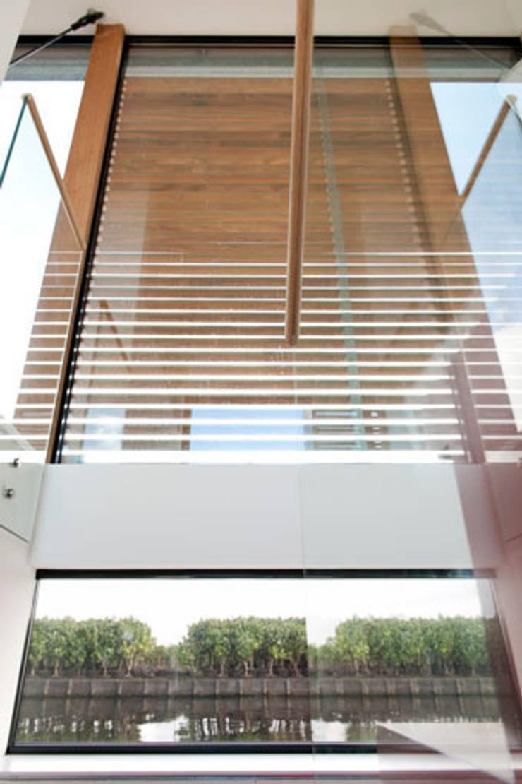 Woonboot in glas en staal:  Gang en hal door Kodde Architecten bna, Modern