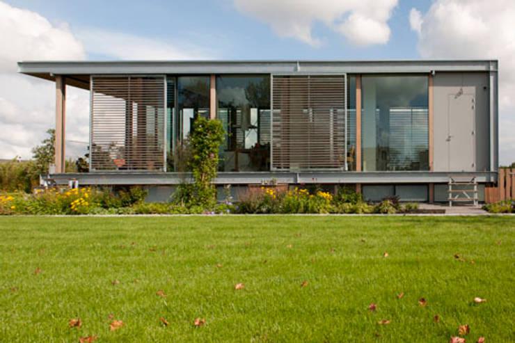 Woonboot in glas en staal:  Tuin door Kodde Architecten bna