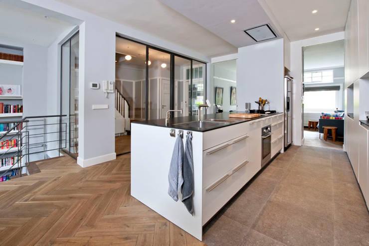 Benedenwoning te Amsterdam:  Keuken door Kodde Architecten bna