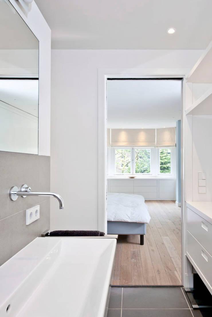 Benedenwoning te Amsterdam:  Badkamer door Kodde Architecten bna