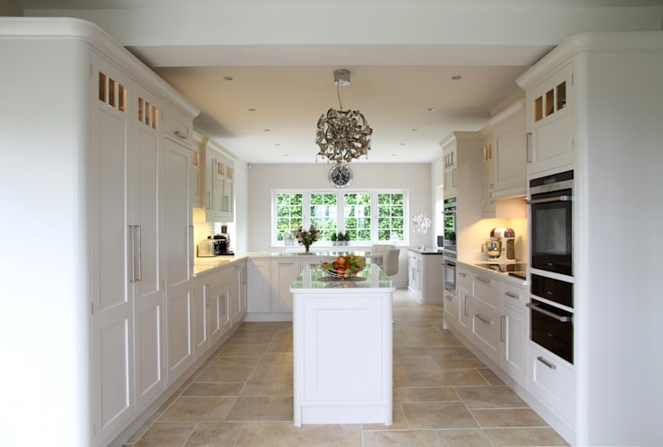 Fresh and bright kitchen:  Kitchen by John Ladbury and Company