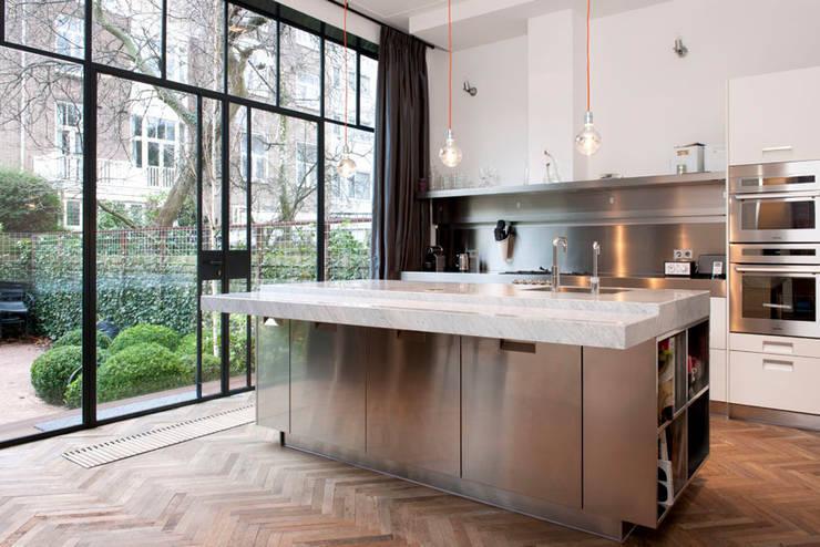 Herenpand met originele uitstraling:  Keuken door Kodde Architecten bna