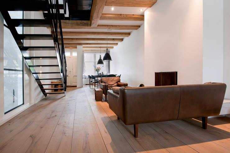 Vernieuwbouw grachtenpand:  Woonkamer door Kodde Architecten bna