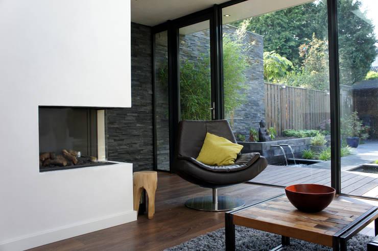 Uitbreiding Woning en ontwerp buitenruimte:  Woonkamer door RAW architectuurstudio, Modern