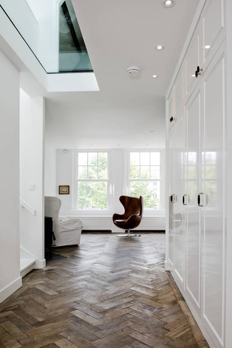 Renovatie appartement te Amsterdam:  Woonkamer door Kodde Architecten bna, Klassiek