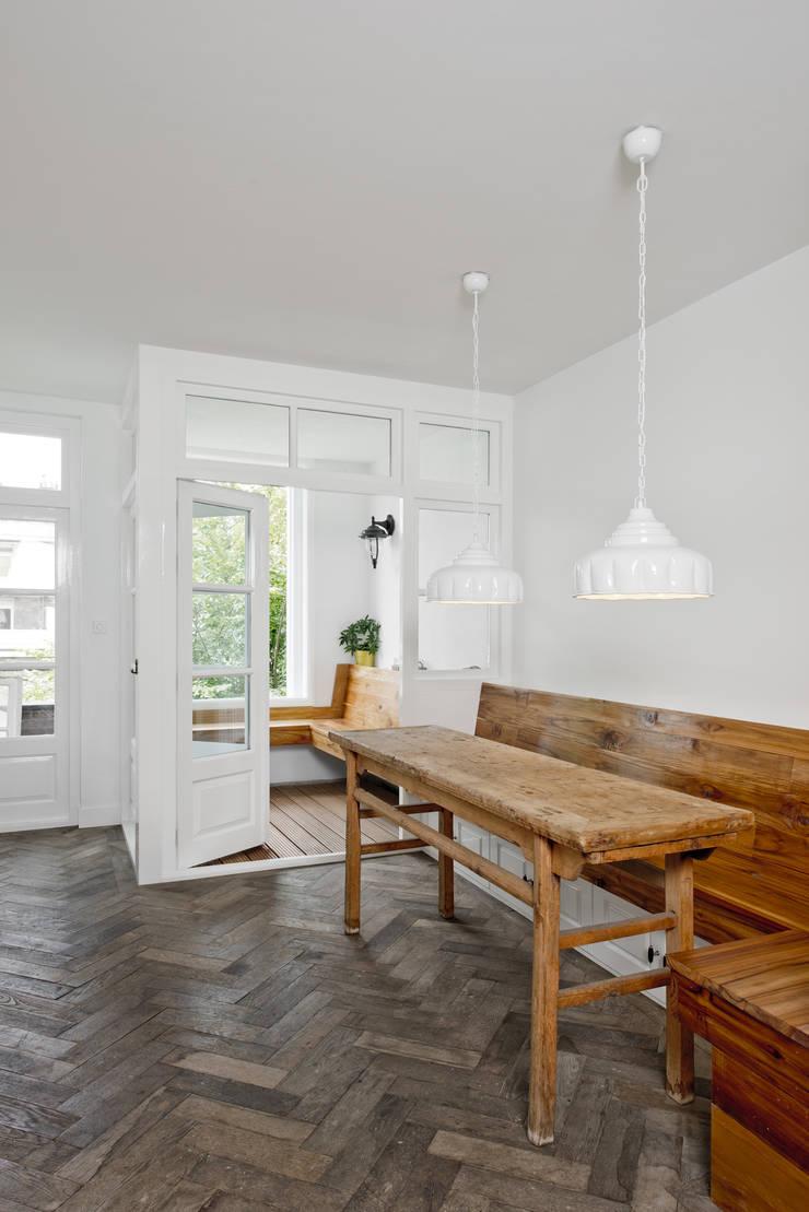Renovatie appartement te Amsterdam:  Keuken door Kodde Architecten bna, Rustiek & Brocante