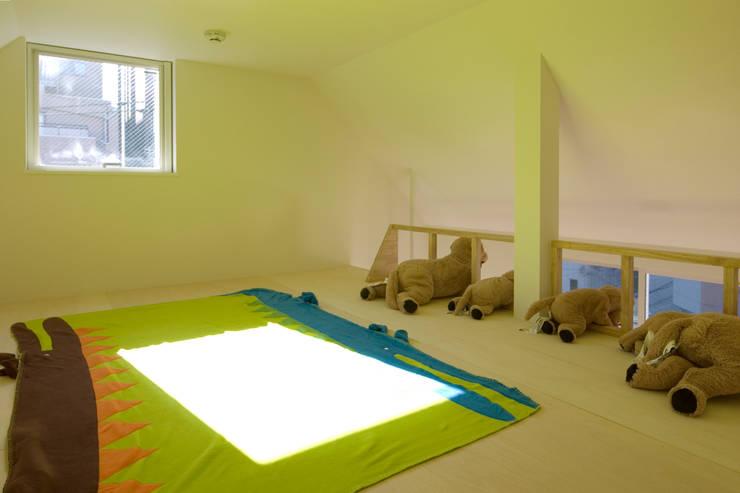 遊んだり昼寝をしたり: 山本陽一建築設計事務所が手掛けた子供部屋です。