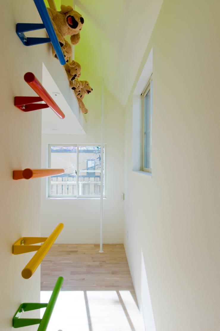 ロフトへの虹色のハシゴ。奥には登り棒が見える: 山本陽一建築設計事務所が手掛けた子供部屋です。