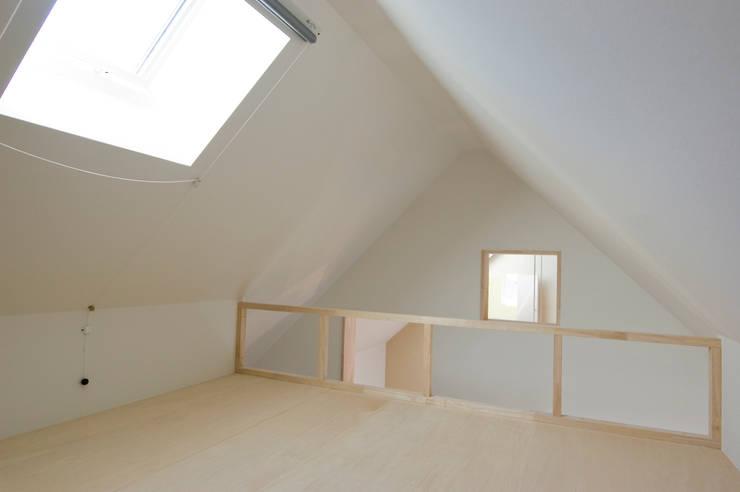 隠れ家のようなロフト: 山本陽一建築設計事務所が手掛けた子供部屋です。