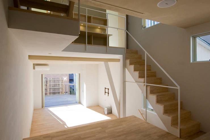 デッキと一体化するリビング: 山本陽一建築設計事務所が手掛けたリビングです。