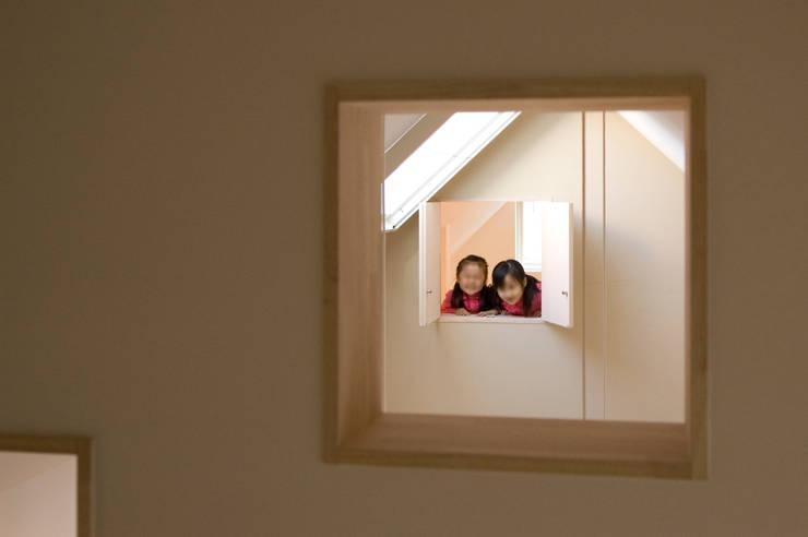 吹抜越しに見える子供室: 山本陽一建築設計事務所が手掛けた窓です。