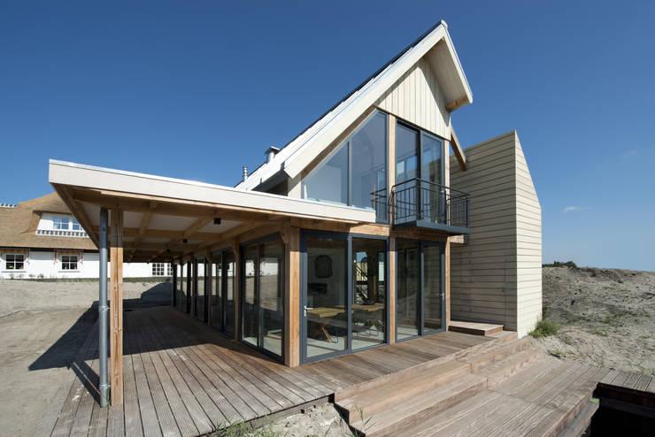 Duinvilla te Monster: moderne Huizen door Kodde Architecten bna