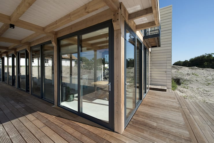 Duinvilla te Monster:  Terras door Kodde Architecten bna