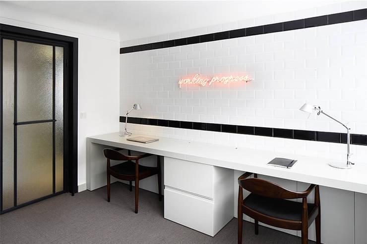 Edificios de oficinas de estilo  por Escapefromsofa, Moderno