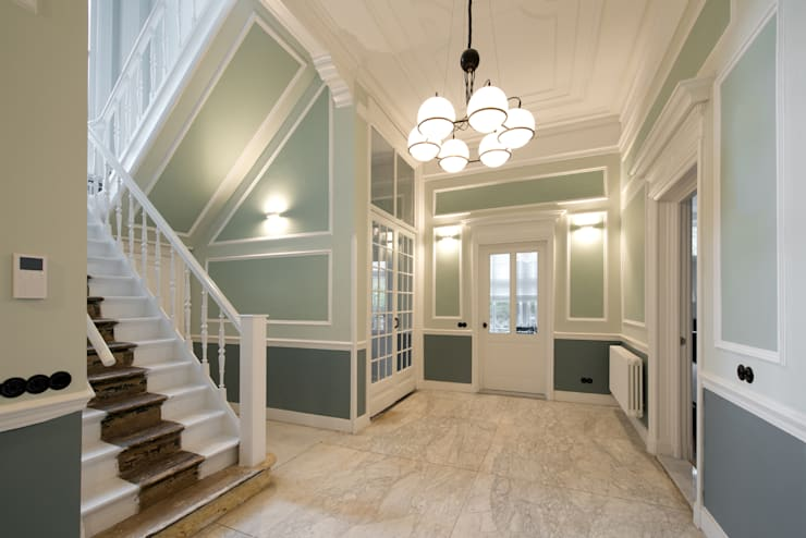 Renovatie herenhuis te Den Haag:  Gang en hal door Kodde Architecten bna, Klassiek