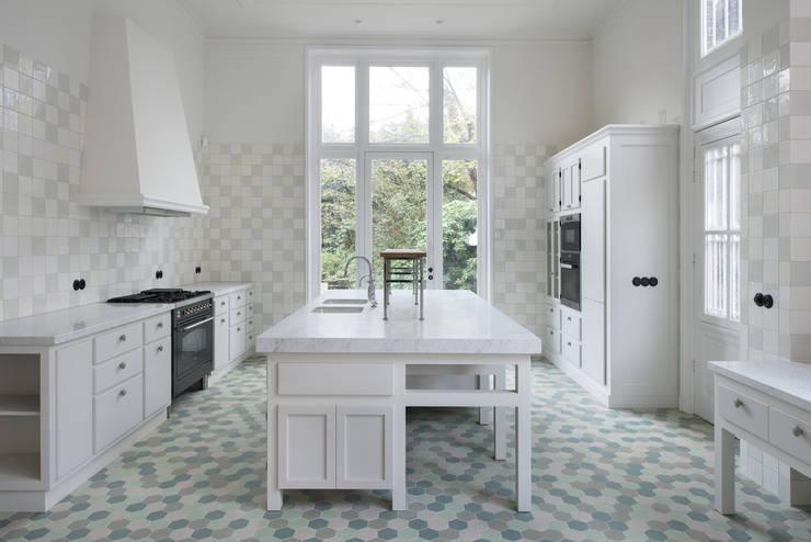 Renovatie herenhuis te Den Haag:  Keuken door Kodde Architecten bna