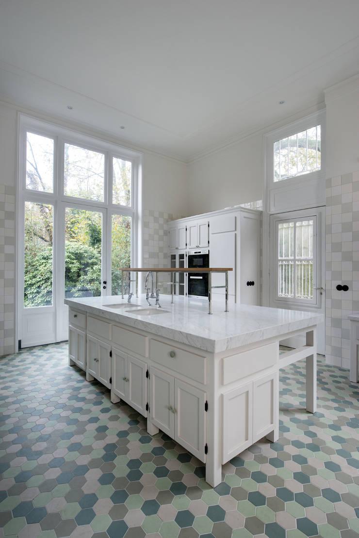 Renovatie herenhuis te Den Haag:  Keuken door Kodde Architecten bna, Klassiek