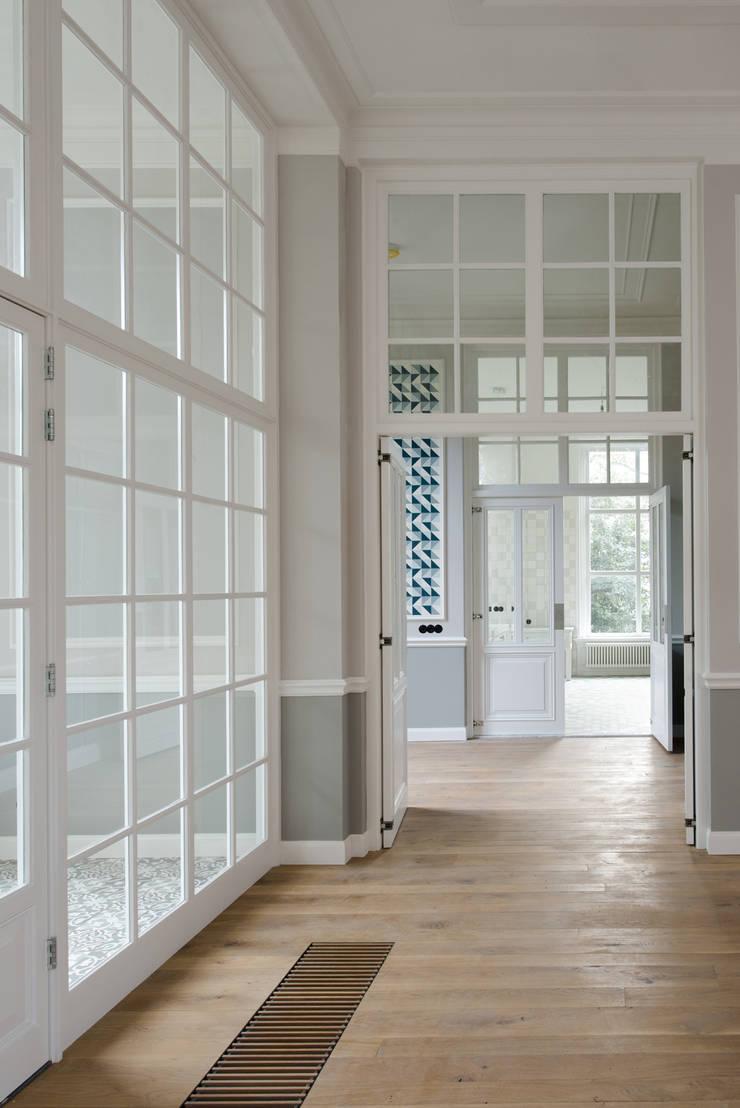 Renovatie herenhuis te Den Haag:  Eetkamer door Kodde Architecten bna, Klassiek