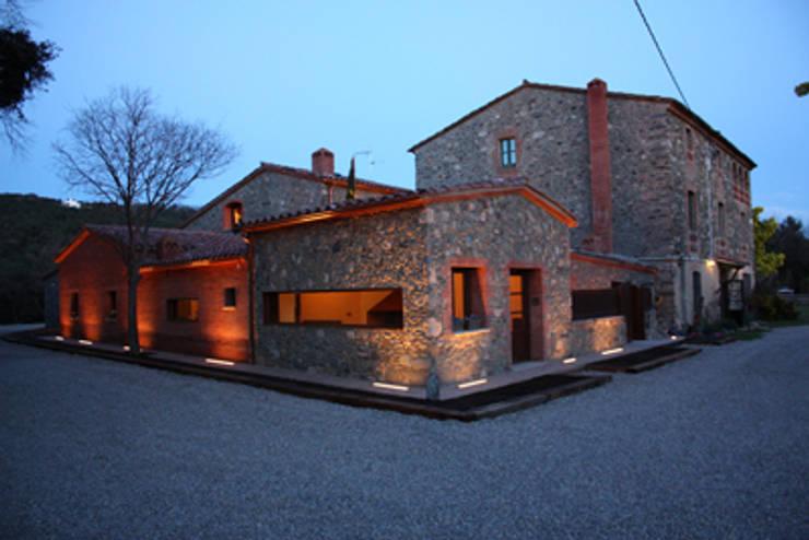 Masia: Casas de estilo rural de ruiz carrion espais