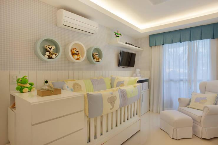 Quarto do Bebê: Quarto infantil  por Amanda Miranda Arquitetura